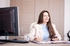 Empresaria profesional joven que trabaja en la oficina Foto de archivo libre de regalías