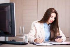 Empresaria profesional joven que trabaja en la oficina Imágenes de archivo libres de regalías