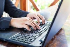 Empresaria que analiza cartas de la inversión con el ordenador portátil Accountin Imagen de archivo
