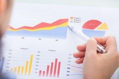Empresaria que analiza el gráfico imagen de archivo libre de regalías