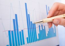 Empresaria que analiza gráficos de barra Imagen de archivo libre de regalías