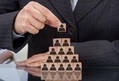 Empresaria que apila bloques de madera del equipo Foto de archivo libre de regalías