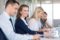 Empresaria que assiste a la reunión foto de archivo