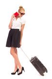 Empresaria que camina con la maleta de la carretilla. Fotos de archivo libres de regalías