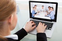 Empresaria que charla con el colega imagen de archivo libre de regalías