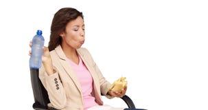 Empresaria que come el bocadillo para el almuerzo almacen de video