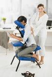 Empresaria que consigue masaje en oficina Imagen de archivo libre de regalías