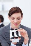 Empresaria que consulta su sostenedor de la tarjeta de visita Fotos de archivo