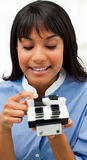 Empresaria que consulta un sostenedor de la tarjeta de visita Fotografía de archivo