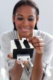 Empresaria que consulta un sostenedor de la tarjeta de visita Foto de archivo libre de regalías