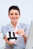 Empresaria que consulta un sostenedor de la tarjeta de visita Imagen de archivo libre de regalías