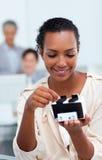 Empresaria que consulta un sostenedor de la tarjeta de visita Fotos de archivo libres de regalías