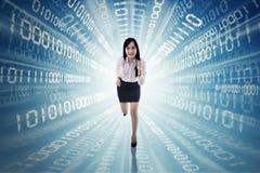 Empresaria que corre con código binario fotografía de archivo