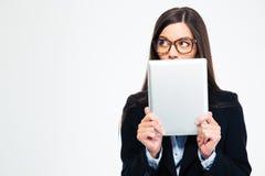 Empresaria que cubre su boca con la tableta Imágenes de archivo libres de regalías