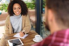 Empresaria que da entrevista en un café Imagen de archivo