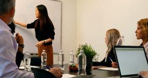Empresaria que da la presentación en la sala de conferencias 4k almacen de video