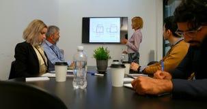 Empresaria que da la presentación en la sala de conferencias 4k metrajes