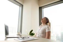 Empresaria que descansa para la productividad cada vez mayor Foto de archivo