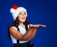 Empresaria que desgasta el sombrero de un Santa Imagen de archivo libre de regalías