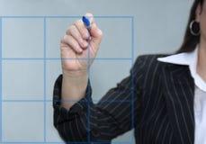 Empresaria que drena una carta azul del gráfico Imagenes de archivo