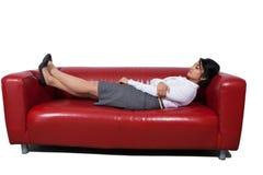 Empresaria que duerme en el sofá imagenes de archivo