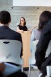 Empresaria que entrega la presentación en la conferencia fotografía de archivo libre de regalías
