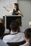 Empresaria que entrega la presentación en la conferencia foto de archivo
