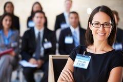 Empresaria que entrega la presentación en la conferencia Fotografía de archivo