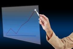 Empresaria que escribe un gráfico imagen de archivo