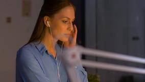 Empresaria que escucha la música en la oficina de la noche almacen de video
