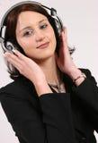 Empresaria que escucha su música preferida foto de archivo