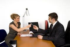Empresaria que firma el contrato. Foto de archivo libre de regalías