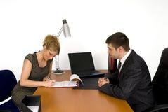 Empresaria que firma el contrato. Fotos de archivo