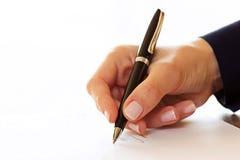 Empresaria que firma un contrato Fotografía de archivo libre de regalías