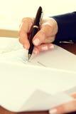 Empresaria que firma un contrato Fotos de archivo