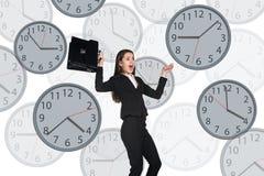 Empresaria que flota entre los relojes imagenes de archivo