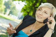 Empresaria que gesticula hablar en el teléfono móvil Fotos de archivo libres de regalías