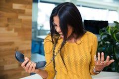 Empresaria que grita en el teléfono Foto de archivo libre de regalías