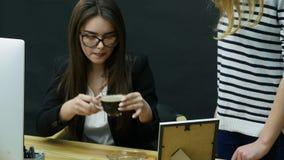 Empresaria que grita a la secretaria para el mún café almacen de metraje de vídeo