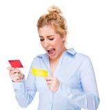 Empresaria que grita y tensionada en de la tarjeta de crédito Imagenes de archivo