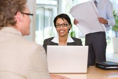 Empresaria que habla con el cliente Imagen de archivo libre de regalías