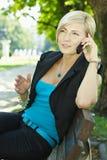Empresaria que habla en al aire libre móvil Foto de archivo libre de regalías