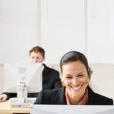 Empresaria que habla en el receptor de cabeza Foto de archivo libre de regalías
