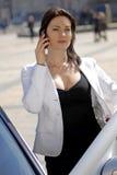 Empresaria que habla en el teléfono celular Foto de archivo
