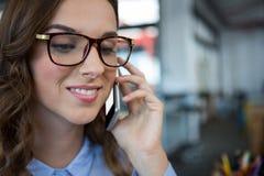 Empresaria que habla en el teléfono móvil Imagen de archivo libre de regalías
