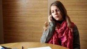 Empresaria que habla en smartphone en trabajo de oficina y concepto ocupado almacen de metraje de vídeo