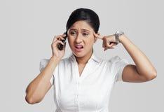 Empresaria que habla en un teléfono móvil Imágenes de archivo libres de regalías