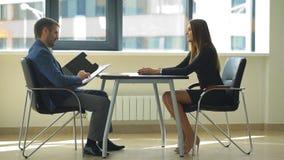 Empresaria que hace preguntas en la entrevista