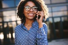 Empresaria que hace una llamada de teléfono afuera foto de archivo libre de regalías