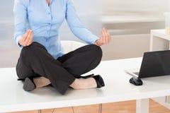 Empresaria que hace yoga imagen de archivo libre de regalías